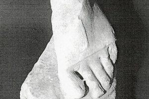 Un piede sull'Arco d'Augusto