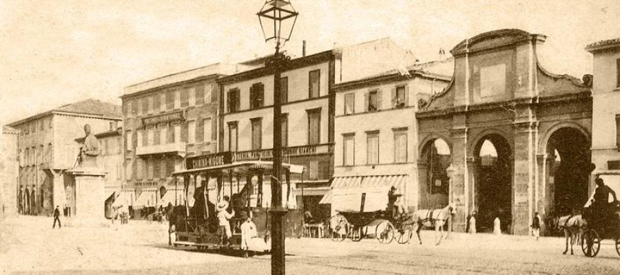 Due fabbriche in Piazza Cavour